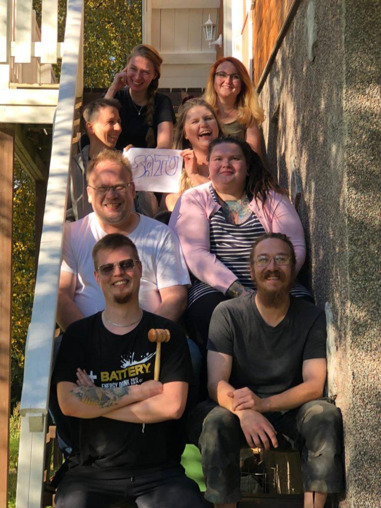 Kuva ROTKOn alumnit ry:n vuoden 2020 hallituksesta istumassa portailla